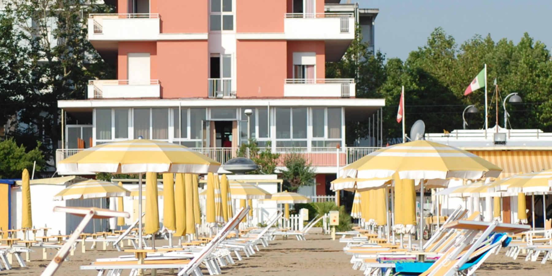 Hotel nelson rimini 3 stelle sulla spiaggia con piscina e - Hotel rivazzurra con piscina ...